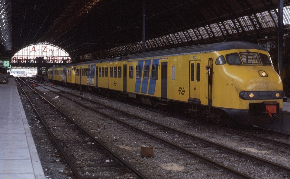 Plan V 2-car EMU at Amsterdam Central © Phil Richards at Flickr