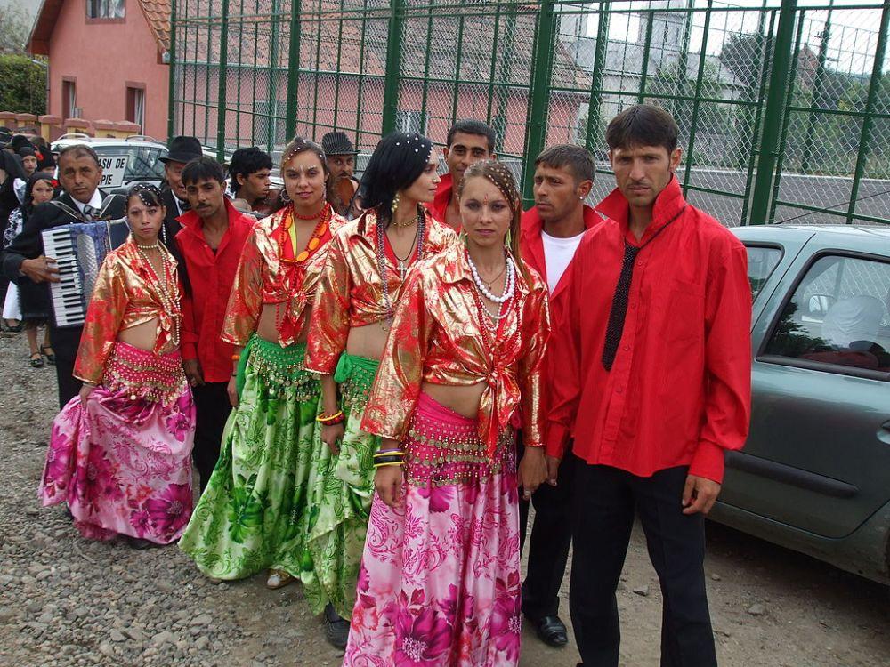 1024px-RO_CJ_Mociu_Roma_dancers.jpg